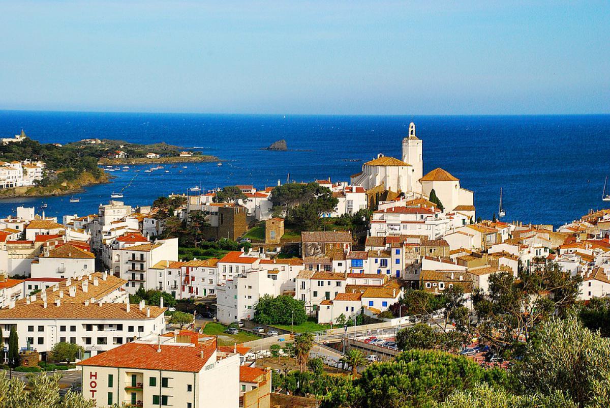 Cadaqués es famosa por sus casas encaladas y como segunda residencia del pintor Dalí