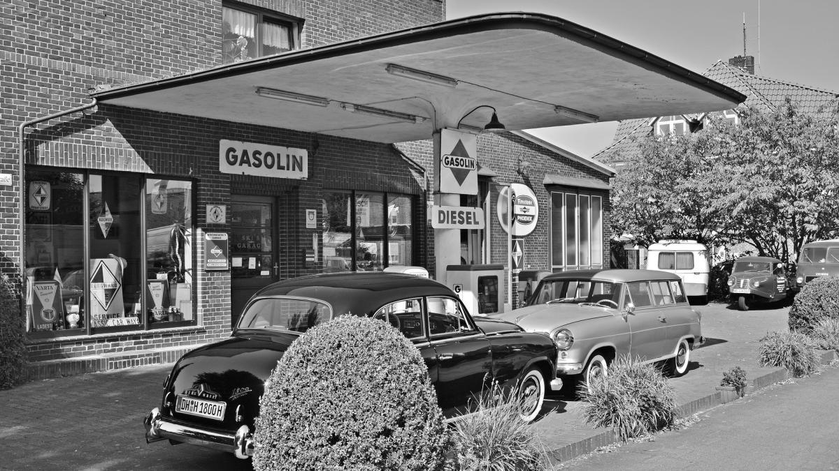 Vierten la gasolina en tule