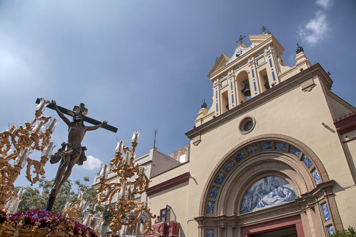 La Pasqua sivigliana va oltre il sentimento religioso: la bellezza scultorea delle processioni insieme all'insuperabile scenario delle sue strade creano stampe uniche