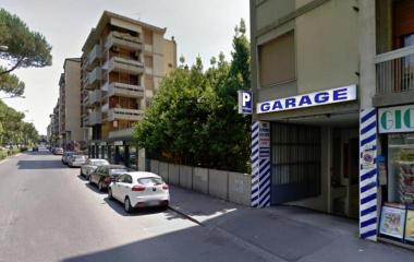 Buch einen Parkplatz im Garage Redi Parkplatz.