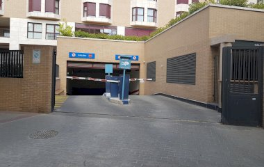 Buch einen Parkplatz im Los Nogales Pontones Parkplatz.