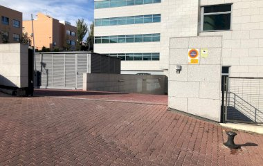 Buch einen Parkplatz im Avenida Bruselas  7 Parkplatz.