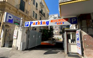 Buch einen Parkplatz im Parking Merliani Parkplatz.
