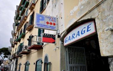 Buch einen Parkplatz im Garage Cava Parkplatz.