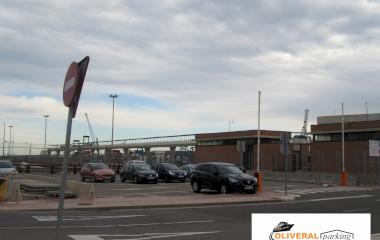 Buch einen Parkplatz im Oliveral Cruceros Parkplatz.