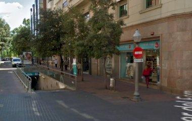 Buch einen Parkplatz im SABA Plaça Vella Parkplatz.