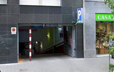 Buch einen Parkplatz im Casp 83 Parkplatz.